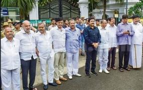 कर्नाटक: SC राहत मिलने के बाद आज भाजपा में शामिल हुए 17 में से 16 अयोग्य विधायक