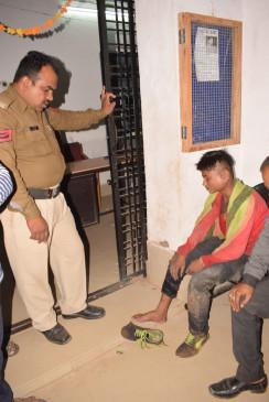 पकड़े जाने के भय से दूसरी मंजिल से कूद गए 2 नाबालिग बदमाश - दोनों के टूट गए पैर