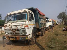 रेत से भरे ट्रकों से अवैध वसूली करते पकड़े गए 8 लोग - नेताओं का संरक्षण