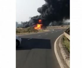 पेट्रोल से भरा टैंकर पलटा, लगी भीषण आग, हाइवे पर लंबा जाम