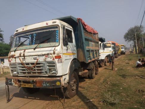 खनिज माफिया के खिलाफ प्रशासन की ताबड़तोड़ कार्रवाई - लेटराइट के 9 हाइवा और गिट्टी से लोड पकड़े गए 4 ट्रक