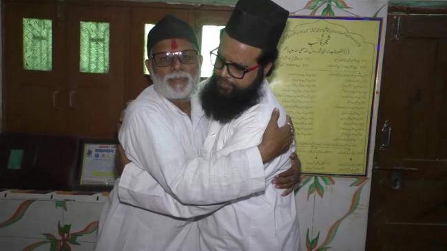 अयोध्या फैसला : हिन्दू-मुस्लिम धर्मगुरु एक-दूसरे के गले मिले