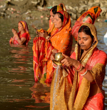 बिहार : उदीयमान भगवान भास्कर को अघ्र्य के साथ ही महापर्व छठ संपन्न