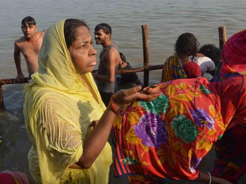बिहार : सूर्योपासना के छठ व्रत पर अस्ताचलगामी सूर्य को दिया गया अघ्र्य