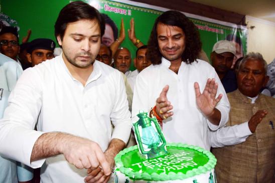 बिहार : तेजस्वी ने केक काटकर मनाया जन्मदिन, तेजप्रताप ने दी बधाई
