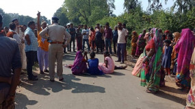 डग्गी की टक्कर से बाइक सवार की मौत - दो बच्चे भी घायल ,आक्रोशित ग्रामीणों ने वाहन में लगा दी आग