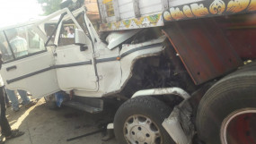 खड़े ट्रक से टकराई कार, आठ की दर्दनाक मौत, दो बुरी तरह घायल