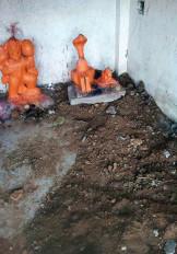 गुप्तधन के लिए रात में अंधेरे में मंदिर की कर दी खुदाई, मूर्तियां इधर-उधर छोड़ आरोपी फरार