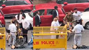 वीडियो: दिल्ली में काले कोट वालों की गुंडागर्दी, पुलिसकर्मी को घेरा, जड़े थप्पड़