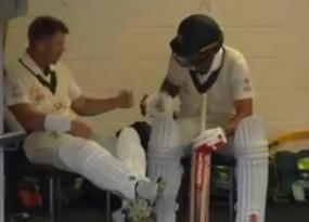 ऑस्ट्रेलिया-पाकिस्तान डे-नाइट टेस्ट के दौरान वॉर्नर और बर्न्स ने खेला रॉक-पेपर-सीजर्स, देखें वीडियो