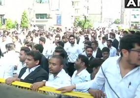 दिल्ली: रोहिणी कोर्ट के बाहर वकीलों का प्रदर्शन, अब अलवर में भी भिड़े दोनों पक्ष
