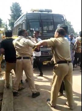 पुलिसवालों के बीच जमकर चले लात घूंसे, वीडियो वायरल होते ही चार निलंबित