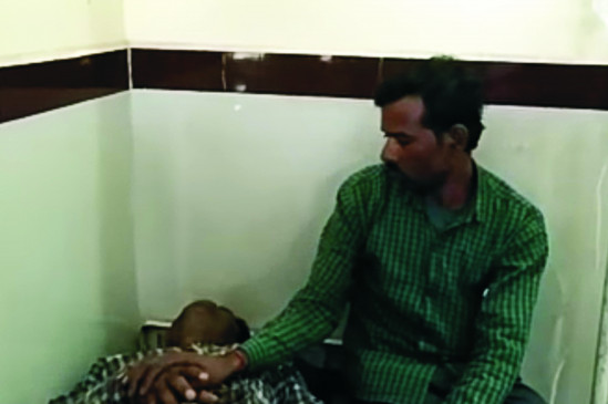 आर्थिक तंगी के कारण पत्नि और दो बच्चियों को फाँसी पर लटकाकर मार डाला - रस्सी टूटने से बच गया मुखिया