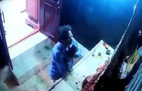 Viral Video: पहले हाथ जोड़कर प्रार्थना की, फिर कान पकड़े और ले गया मां दुर्गा मुकुट