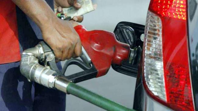 पेट्रोल के बढ़ते दामों पर पांच दिन बाद लगा ब्रेक, डीजल के भाव भी स्थिर