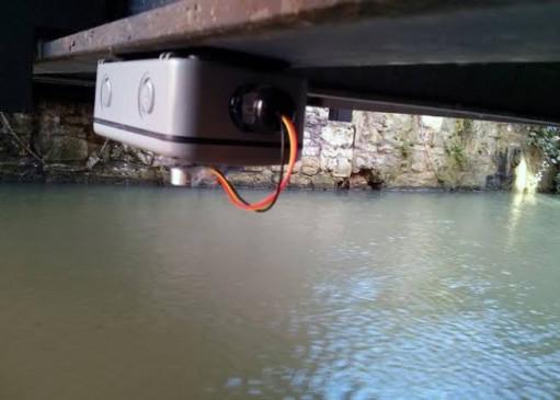 बाढ़ प्रभावित क्षेत्र में नदी पर लगाए गए फ्लड सेंसर हुए चोरी