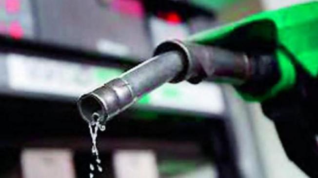 Fuel Price: पेट्रोल के रेट में हुई बढ़ोतरी, डीजल के घटे दाम