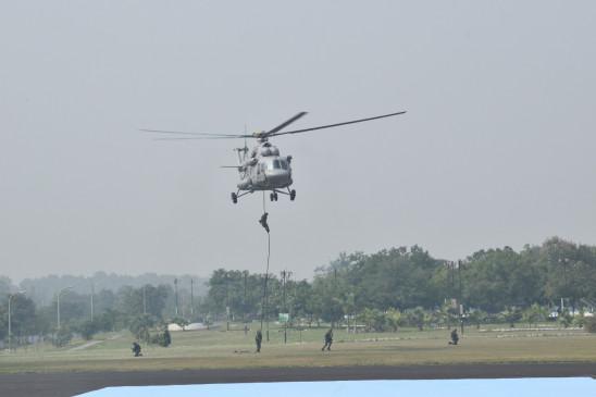 नीले गगन में सारंग हेलिकॉप्टर की कलाबाजी ने जीता सबका दिल
