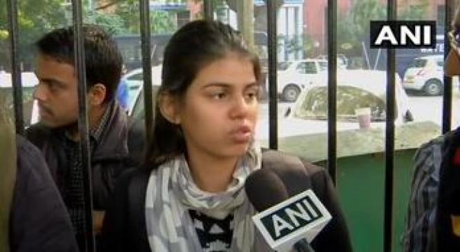 हैदराबाद गैंगरेप: धरने पर बैठी लड़की बोली- आज वो जली है कल मैं जल जाऊंगी