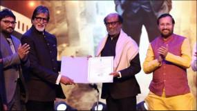IFFI 2019: आइकॉन ऑफ द ईयर अवॉर्ड से सम्मानित रंजनीकांत ने छुए अमिताभ के पैर