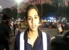 इंदौर: डांसिंग स्टाइल में लोगों को ट्रैफिक रुल समझा रही है ये लड़की, देखें वीडियो