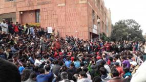 सरकार ने कम की JNU की बढ़ी हुई फीस, पुरानी दर लागू करने की मांग पर अड़े छात्र, प्रदर्शन जारी