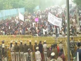 JNU में बवाल: दीक्षांत समारोह के बीच छात्रों का फीस बढ़ोतरी को लेकर विरोध प्रदर्शन