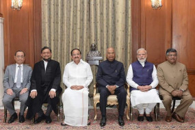 शरद अरविंद बोबडे बने भारत के 47 वें मुख्य न्यायाधीश, शपथ के बाद छुए मां के पैर