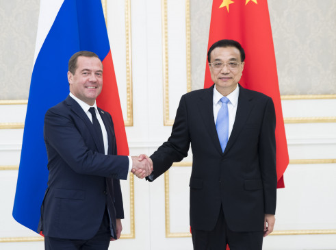 ली खछ्यांग ने रूसी प्रधानमंत्री मेदवेदेव से मुलाकात की