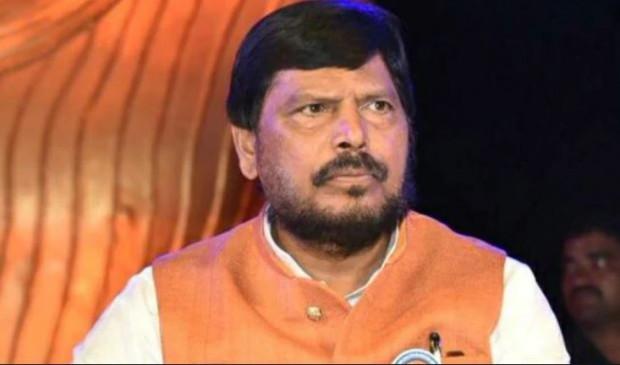 महाराष्ट्र: उद्धव के शपथ ग्रहण समारोह में पीछे बैठाए जाने पर आठवले नाराज