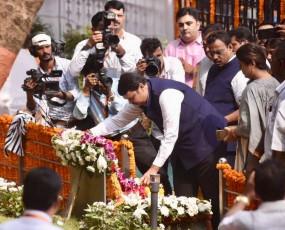 महाराष्ट्र: बालासाहब को श्रद्धांजलि देने पहुंचे फडणवीस को शिवसेनिकों ने चिढ़ाया, 'मैं फिर वापस आउंगा' के नारे लगाए