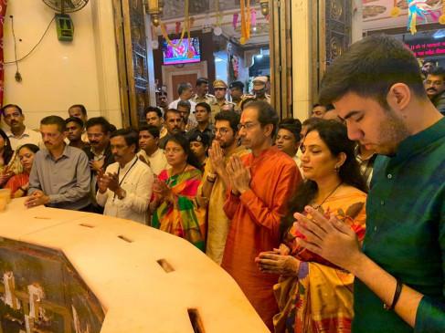 महाराष्ट्र : शपथ के बाद सिद्धिविनायक पहुंचे उद्धव, परिवार संग की पूजा-अर्चना