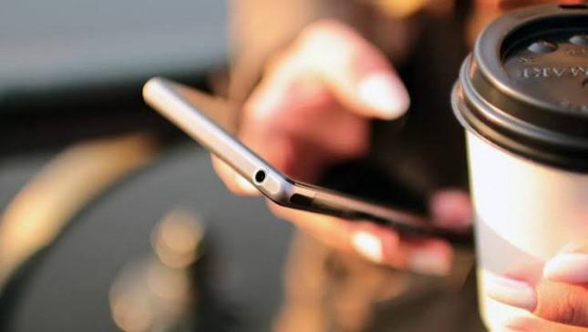 मोबाइल की लत कहीं बना न दे मानसिक रोगी, युवा हो रहे तनहाईयों के शिकार