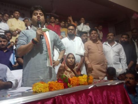 मप्र : कांग्रेस कार्यकर्ताओं ने सिंधिया से कहा, सरकार में सुनवाई नहीं