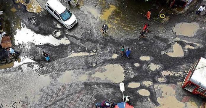 गड्ढे दिखाने पर 500 रुपए देगी मुंबई महानगरपालिका, अधिकारियों की जेब से होगा भुगतान
