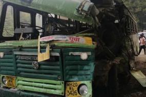 हादसे में एक की मौत तीन घायल, कोहरे में नहीं दिखा सड़क किनारे खड़ा ट्रक, बस की भिड़ंत
