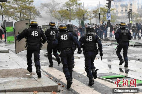 पेरिस पुलिस ने 100 से अधिक हिंसक प्रदर्शनकारियों को गिरफ्तार किया