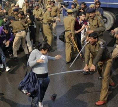 Fake News: जेएनयू में प्रदर्शन, क्या लड़की को पुलिस ने पीटा ?