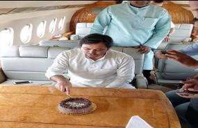 तेजस्वी का जन्मदिन विमान में मनाने की तस्वीरें वायरल, विरोधी हुए मुखर