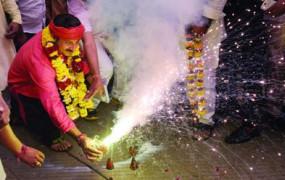 Fake News: दिल्ली में प्रदूषण के बावजूद बीजेपी नेता मनोज तिवारी जला रहे पटाखे ?