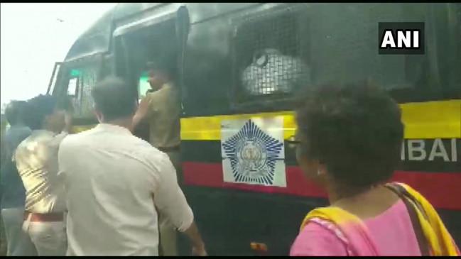 PMC बैंक डिपोजिटर्स को पुलिस ने लिया हिरासत में, वित्त मंत्री के खिलाफ कर रहे थे प्रदर्शन