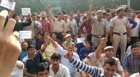 पुलिसकर्मियों का वकीलों के खिलाफ प्रदर्शन, पुलिस मुख्यालय के बाहर लगे जैमर (लीड-2)