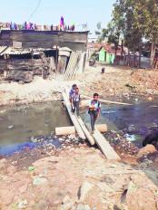 स्मार्ट सिटी के बुरे हैं हाल, जान जोखिम में डाल नाग नदी पार कर स्कूल के बच्चे