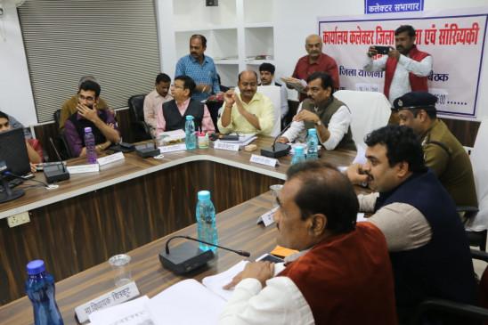सरप्लस है बिजली, नहीं होनी चाहिए कटौती - जिले के प्रभारी मंत्री