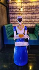टेक्नो सर्विंग : जापानी रोबोट नागपुर के रेस्टोरेंट में परोस रहे खाना, देखें वीडियो