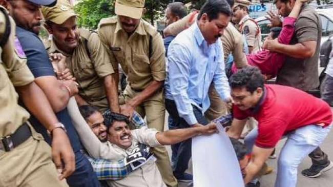 तेलंगाना: पुलिस और TSRTC कर्मचारियों के बीच टकराव, कई घायल