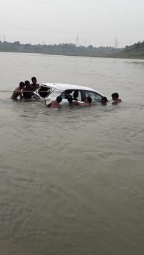 झांसीघाट पुल से नर्मदा नदी में गिरी कार, सवारों को ग्रामीणों ने निकाला बाहर