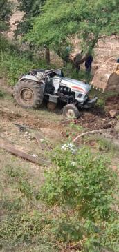 ट्रेक्टर पलटने से एक ही परिवार के तीन बच्चो की मौत - अपने खेत जा रहे थे मृतक