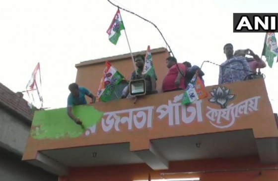 उपचुनाव में जीत के बाद BJP दफ्तरों पर TMC कार्यकर्ताओं ने लहराया अपना झंडा