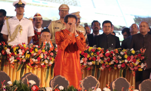 महाराष्ट्र के 19वें मुख्यमंत्री के तौर पर उद्धव का राजतिलक, शिवाजी पार्क में 6 मंत्रियों संग शपथ